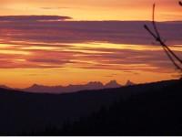 Vue Vosgienne des Alpes Suisse au crépuscule.