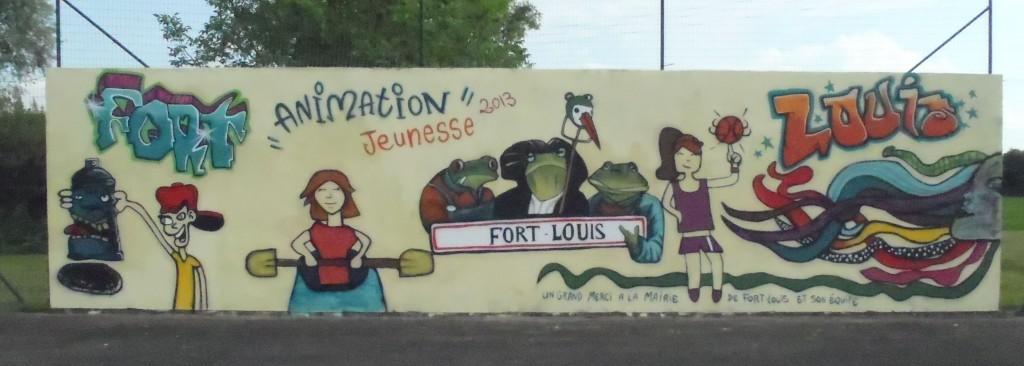 Terrain multi-sport de Fort-Louis, (dessin central à partir de l'illustration de Michel Charvet pour la ville de Fort-Louis). Fresque réalisée avec l'animation jeunesse Uffried et Rhin-Moder, 2013.