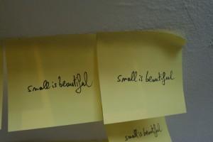 """sur chaque post-it, il est écrit à la main """"small is beautiful"""""""