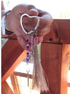 Porte-clé en crins de cheval réalisé par un enfant lors d'un Atelier Créatif